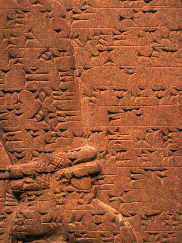 Un exemple d'écriture sumérien. Même sur les bras!