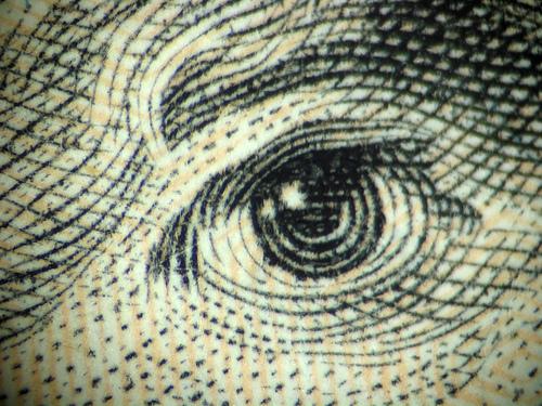 C'est quoi cet oeil? Vous avez deviné? Oui c'est un détail d'un billet de 20 dollars américain. Et à qui il appartient cet oeil?