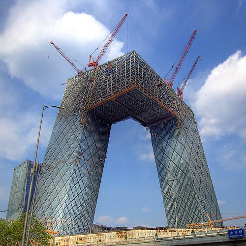Ce building est maintenant fini et se trouve à Pékin. Fallait-il le faire ou pas? Esthétiquement c'est joli mais s'il y a un tremblement de terre...