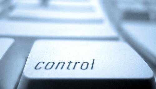 Qui contrôle qui?