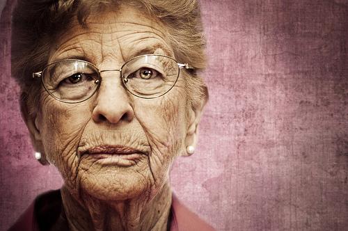 Regardez dans les yeux de cette grand-mère. Qu'y voyez-vous?