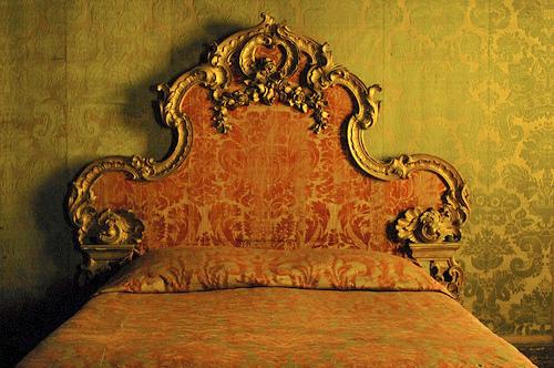 Un lit, majestueux, qui fait peur! Pourtant nous pouvons l'apprivoiser. :)