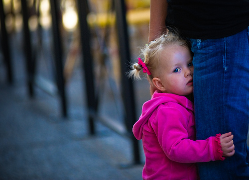 Elle est peut-être timide mais elle vous regarde quand même... elle vous jauge, laisse parler son ressenti avant, peut-être, d'aller vers vous. :)