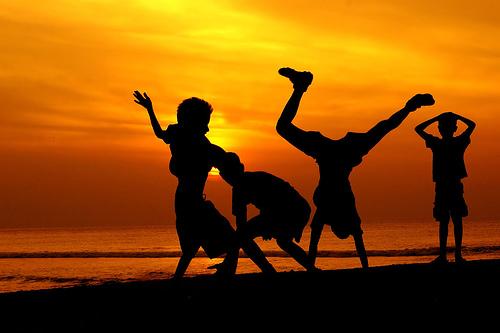 Libres, ils dancent sur la mélodie de leurs rêves encore purs.