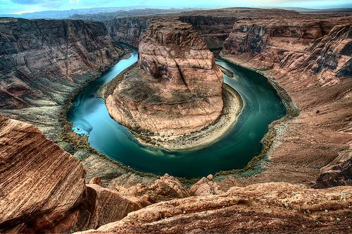 Qui a persisté ? Le fleuve ou le bloc de montagne au milieu ?