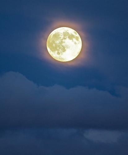 La lune, amie fidèle de la nuit.