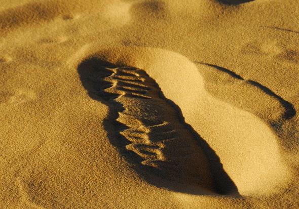 L'empreinte d'un pied, claire et fugitive, signe d'une vie qui passe.