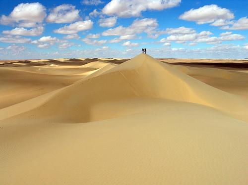 Que murmure le vent aux voyageurs de la dune ?